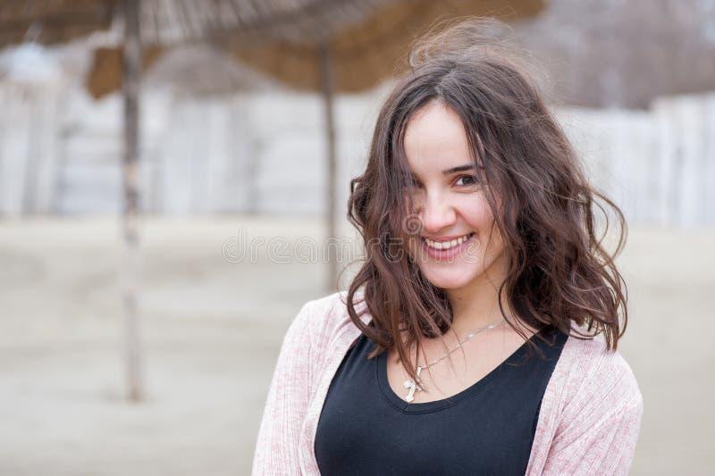 Retrato feliz da menina, retrato da moça sensível feliz positiva bonita ou mulher que levanta fora na roupa ocasional com SMI imagens de stock royalty free