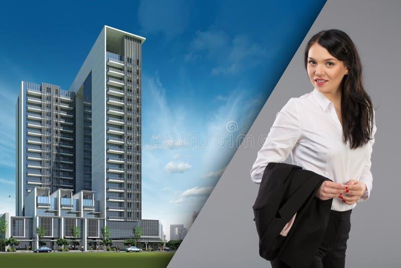 Retrato feliz da mulher de negócio da mulher de negócios profissional urbana fêmea nova em prédios de escritórios exteriores eret imagens de stock