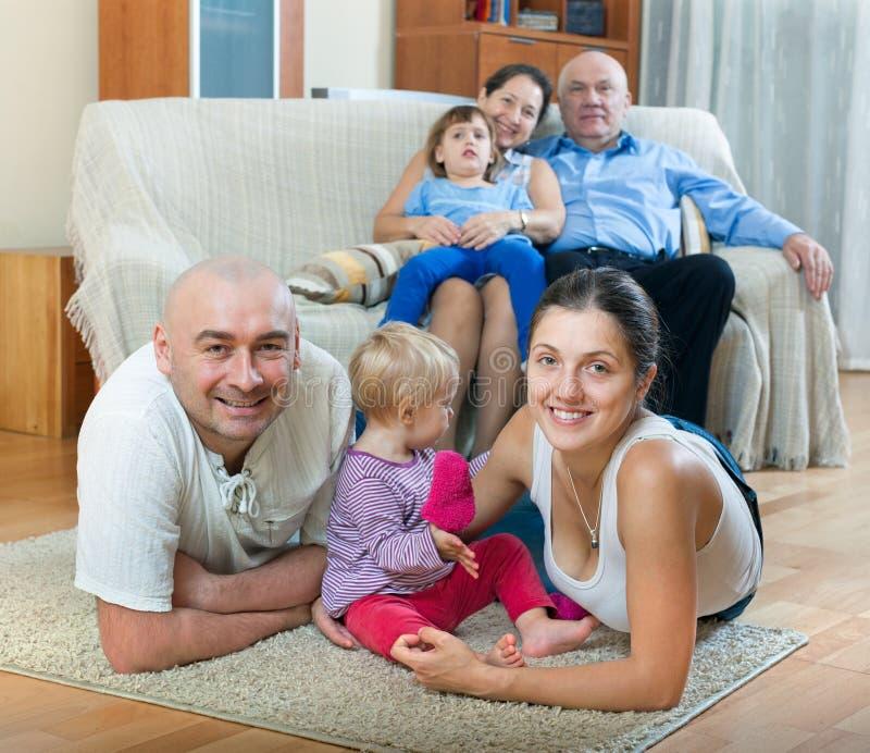 Retrato feliz de la familia fotos de archivo