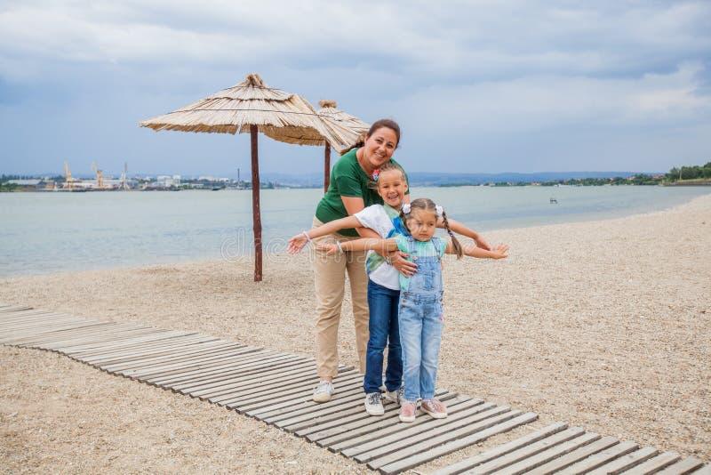 Retrato feliz de la familia al aire libre imagen de archivo libre de regalías