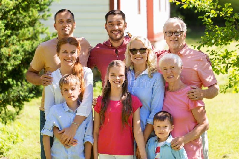 Retrato feliz de la familia en jardín del verano fotografía de archivo libre de regalías