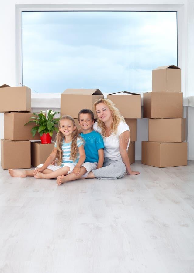 Retrato feliz de la familia en su nuevo hogar imágenes de archivo libres de regalías