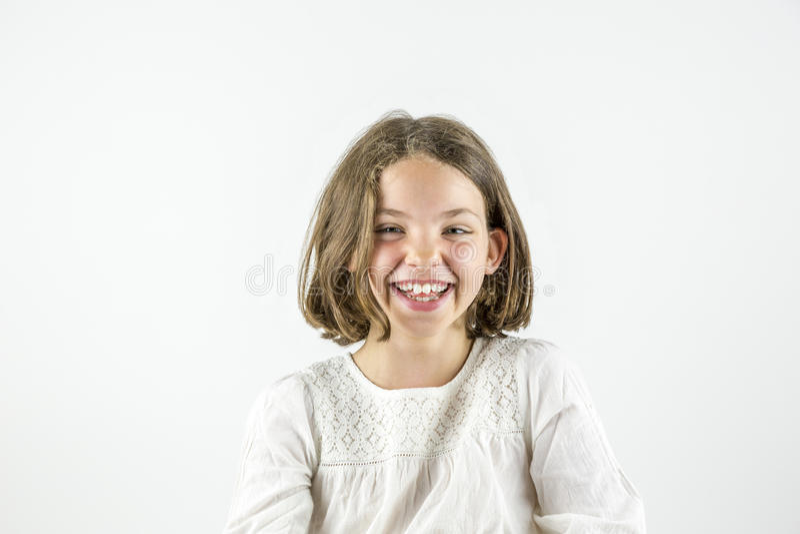 Retrato feliz de la muchacha aislado en blanco fotografía de archivo