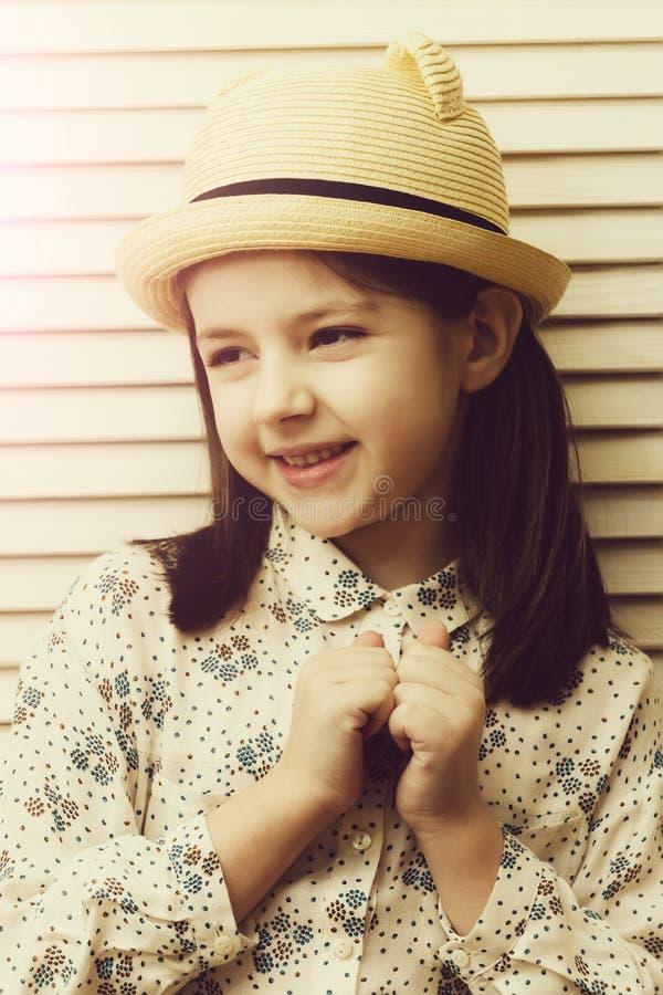 Retrato feliz de la muchacha con sonrisa linda en sombrero fotos de archivo