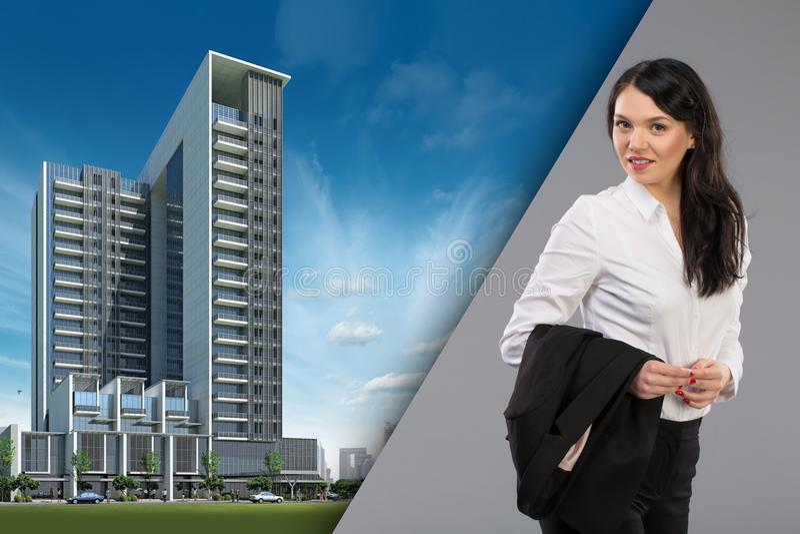 Retrato feliz de la mujer de negocios de la empresaria profesional urbana femenina joven en edificios de oficinas exteriores dere imagenes de archivo