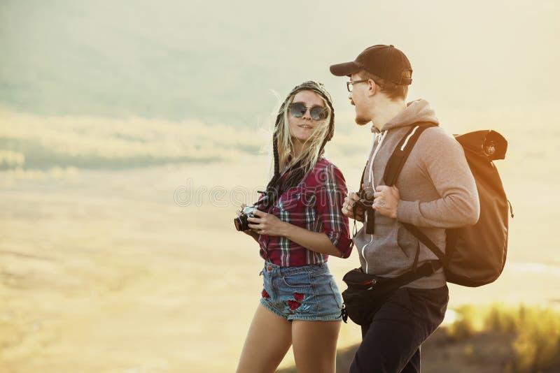 Retrato feliz de los pares de los backpackers de los turistas fotografía de archivo