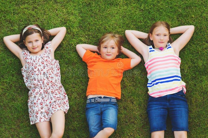Retrato feliz de tres niños fotografía de archivo