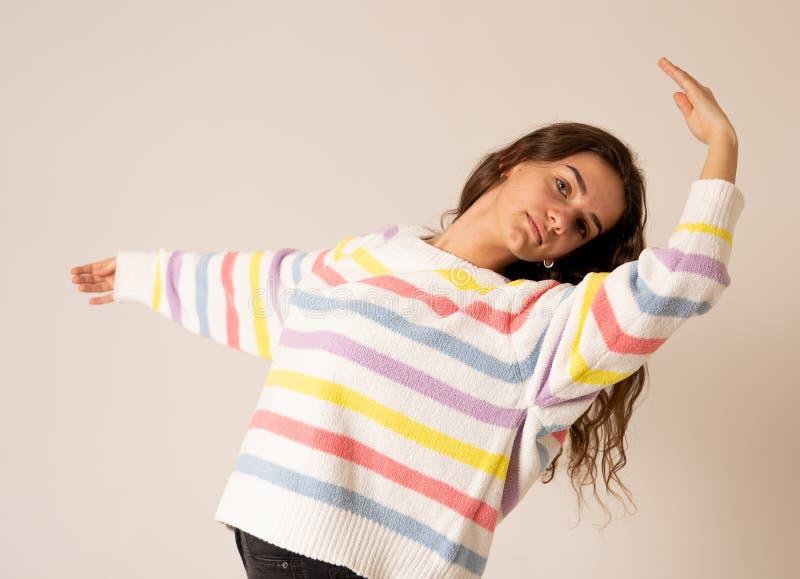 Retrato feliz de uma dança bonita e de fazer da moça poses do bailado Isolado no ponto morto imagens de stock royalty free
