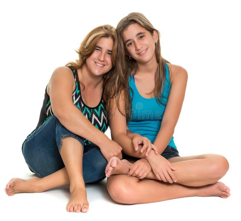 Retrato feliz de uma mãe feliz e de sua filha adolescente fotos de stock royalty free