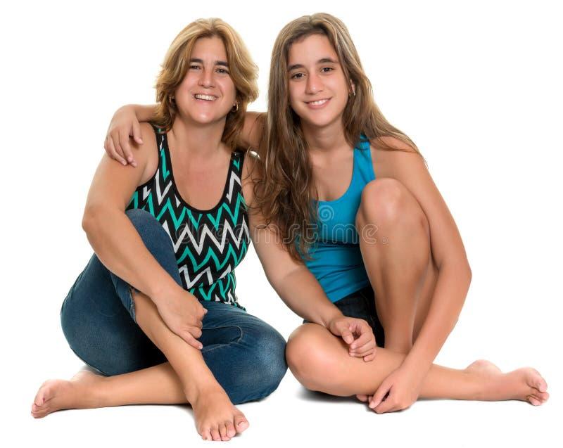 Retrato feliz de uma mãe feliz e de sua filha adolescente foto de stock