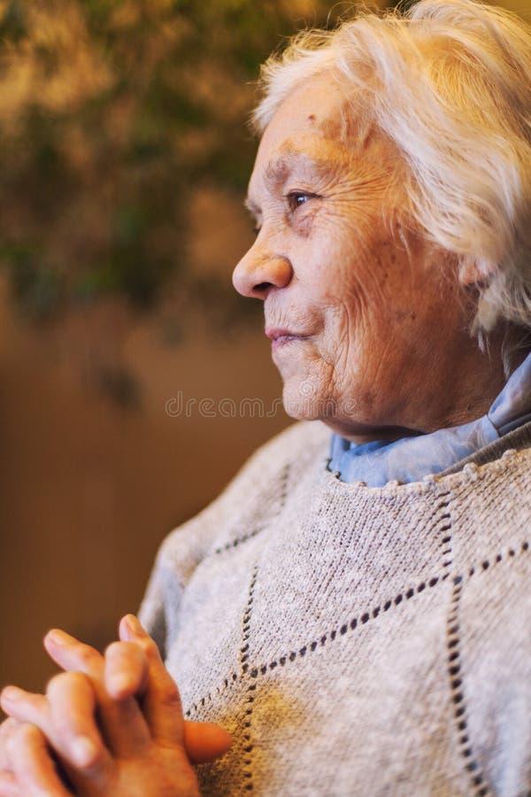 Retrato feliz de una más vieja mujer imagen de archivo