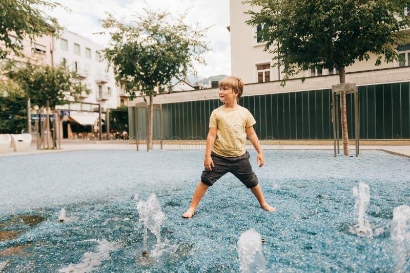 Retrato feliz do rapaz pequeno imagem de stock royalty free