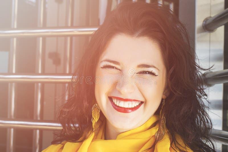 Retrato feliz novo lindo da cara da mulher Menina modelo da beleza com composi??o perfeita fotografia de stock royalty free