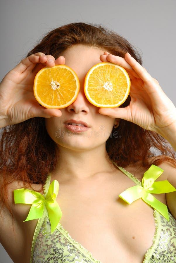 Retrato femenino con las rebanadas de naranja fotografía de archivo