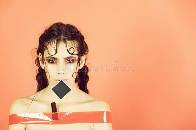 Retrato femenino de la manera Muchacha linda grabada en cinta pegajosa atractiva y foto de archivo libre de regalías