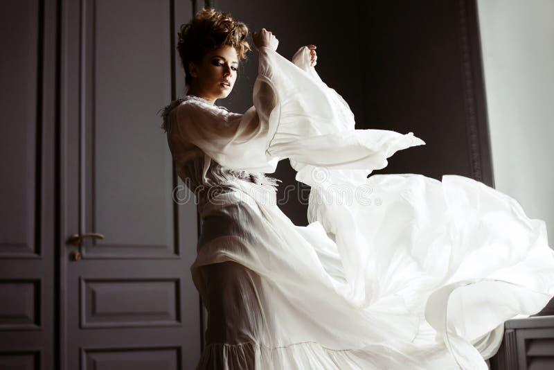 Retrato femenino de moda de la señora linda en vestido dentro imagen de archivo