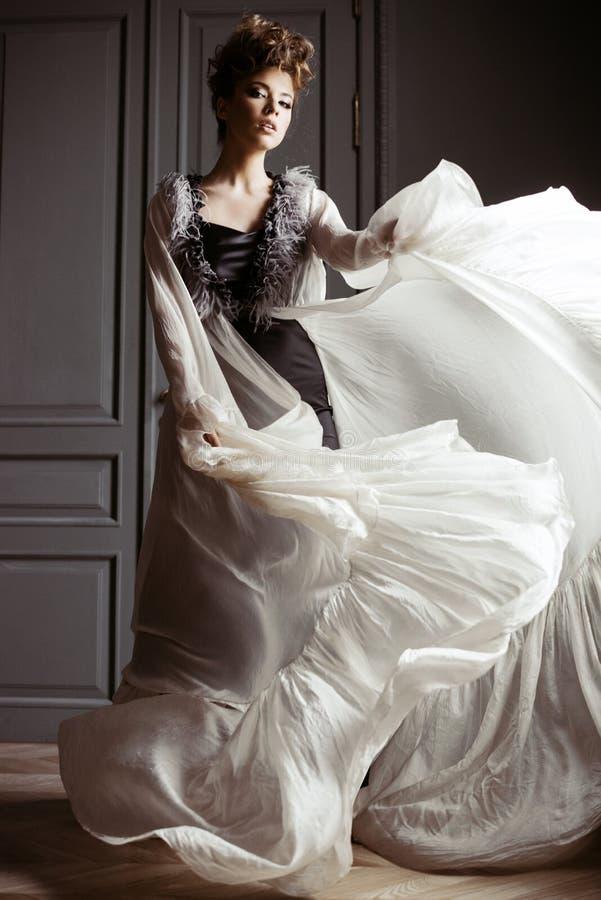 Retrato femenino de moda de la señora linda en vestido dentro imagenes de archivo