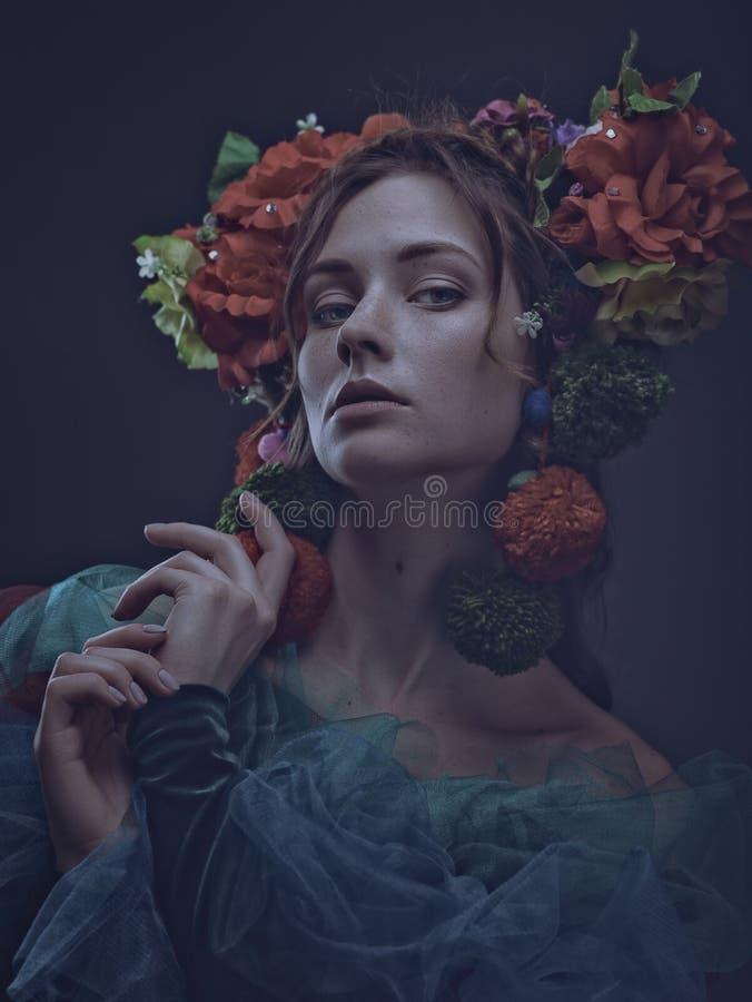 Retrato femenino del arte del milagro con la mujer adulta hermosa foto de archivo