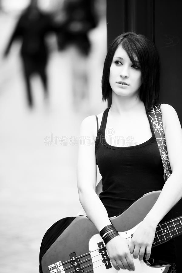 Retrato femenino del guitarrista foto de archivo