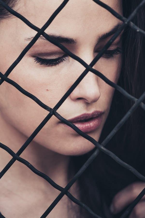 Retrato femenino detrás de la valla, día de tiro fotografía de archivo