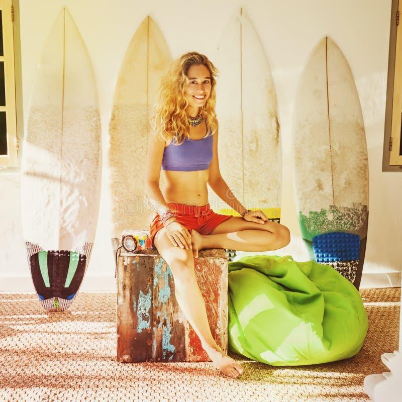 retrato filtrado de uma menina de relaxamento do surfista em casa imagens de stock