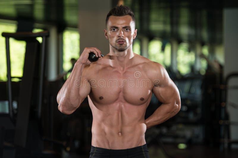Retrato fisicamente de um homem com corda do tríceps imagem de stock royalty free