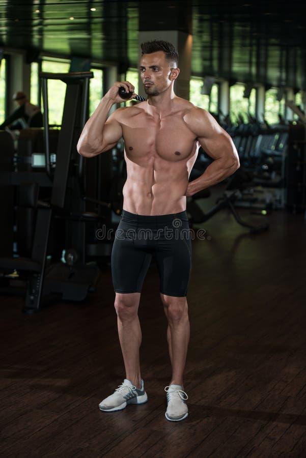 Retrato fisicamente de um homem com corda do tríceps fotos de stock