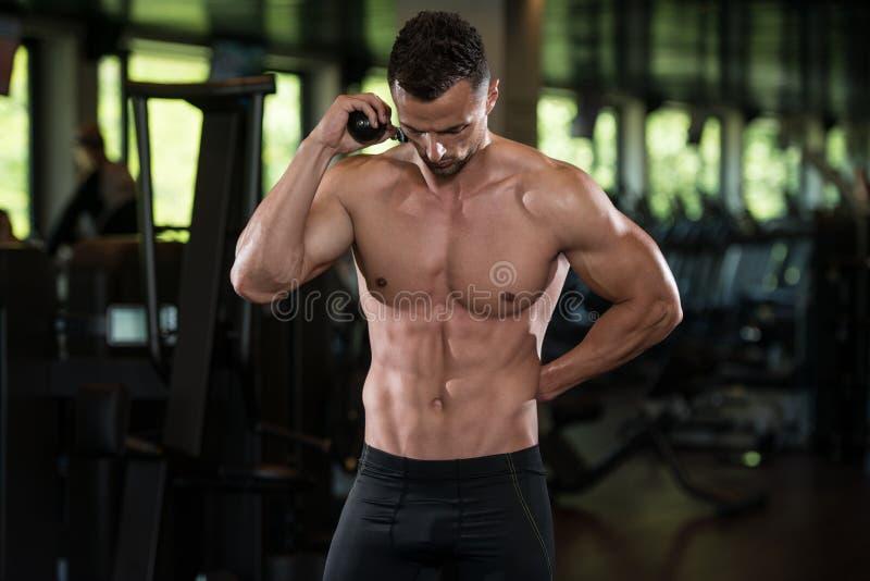 Retrato fisicamente de um homem com corda do tríceps fotografia de stock