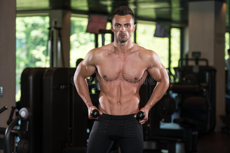 Retrato fisicamente de um homem com corda do tríceps foto de stock royalty free