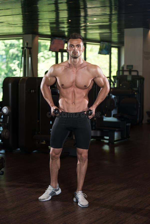 Retrato fisicamente de um homem com corda do tríceps foto de stock