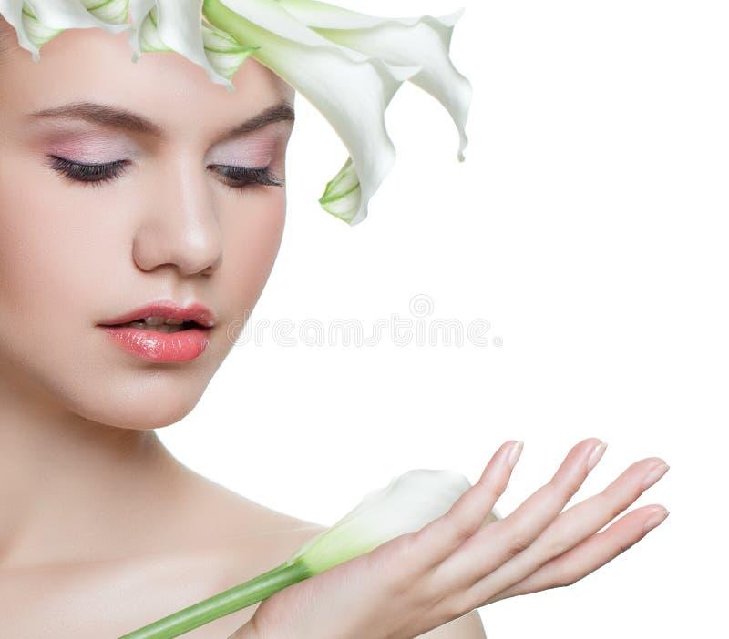 Retrato floral de la primavera de la mujer joven con la flor blanca aislada en el fondo blanco Face modelo femenino hermoso imagenes de archivo