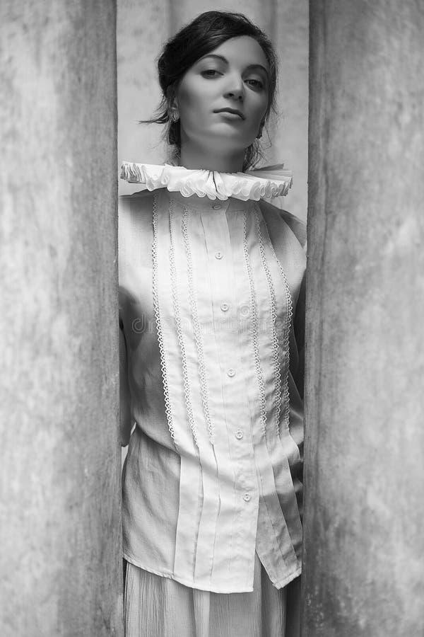 Retrato francés de la princesa del uno-la del vintage de la morenita hermosa imagen de archivo libre de regalías