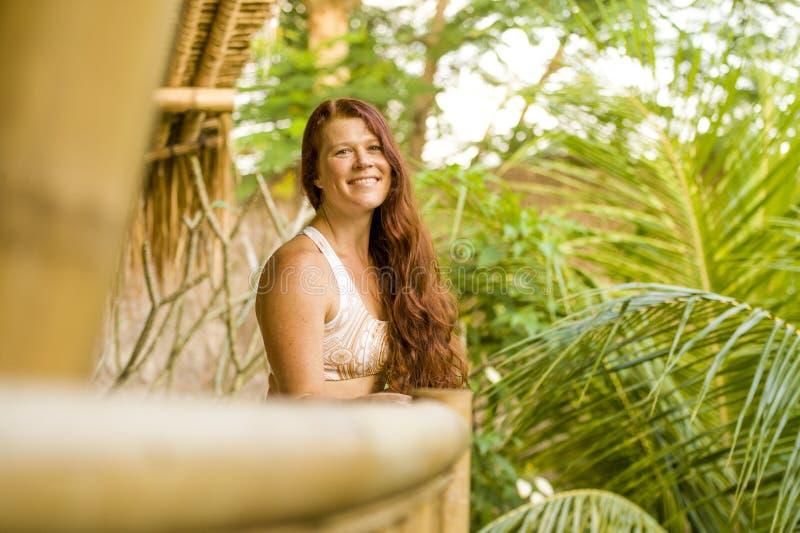 Retrato fresco e natural do estilo de vida da mulher vermelha bonita e feliz nova do cabelo que sorri ver?o de aprecia??o alegre  imagens de stock
