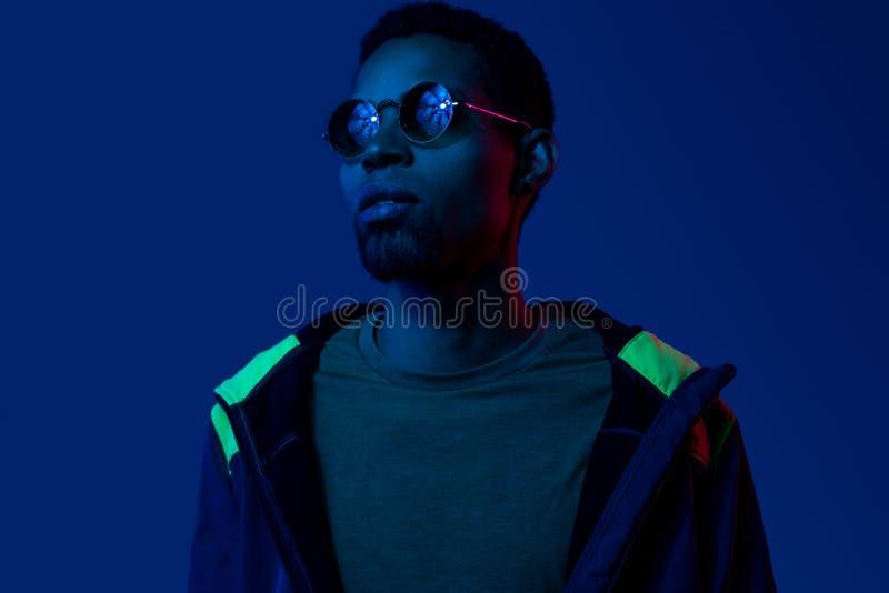 Retrato futurista do homem novo preto nos ?culos de sol fotografia de stock