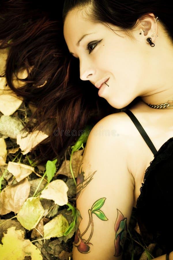 Retrato gótico de sorriso da menina fotos de stock royalty free