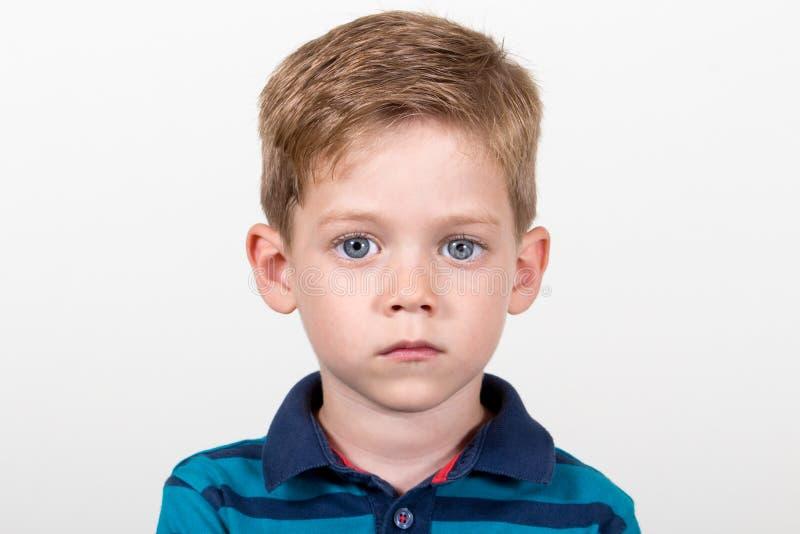 Retrato grande del niño de los ojos azules foto de archivo