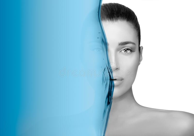 Retrato Greyscale de la belleza de una morenita magnífica Concepto del cuidado de piel fotografía de archivo libre de regalías