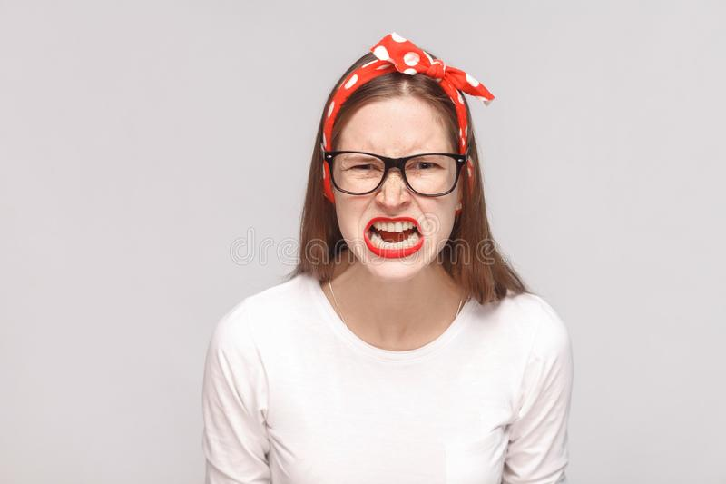 Retrato gritando irritado dos jovens emocionais autoritários loucos wo da raiva imagem de stock royalty free