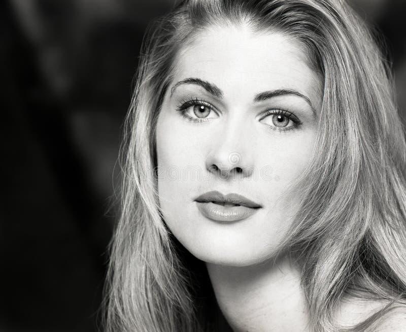 Retrato, headshot, cara dos jovens, cabelo louro longo da mulher bonita 'sexy' foto de stock royalty free