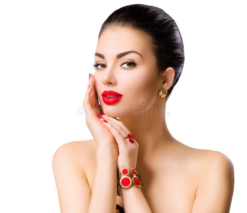 Retrato hermoso de la cara del modelo de la mujer con el lápiz labial rojo imagenes de archivo