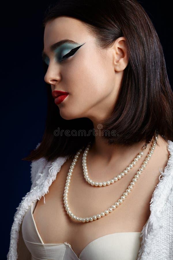 Retrato hermoso de la muchacha con maquillaje brillante y la flecha larga fotos de archivo libres de regalías