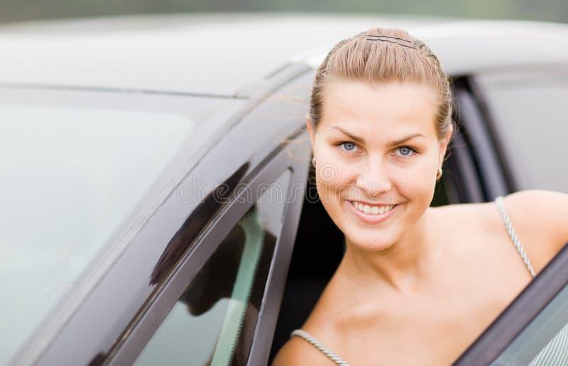 Retrato hermoso de la muchacha con su vehículo foto de archivo