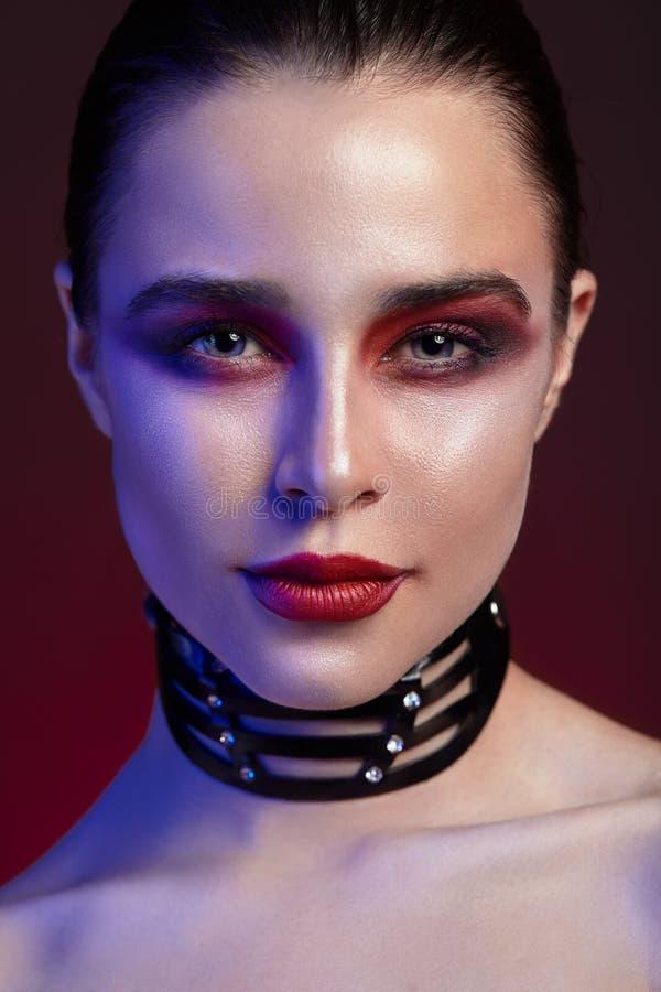 Retrato hermoso de la muchacha hermosa joven con maquillaje brillante foto de archivo libre de regalías