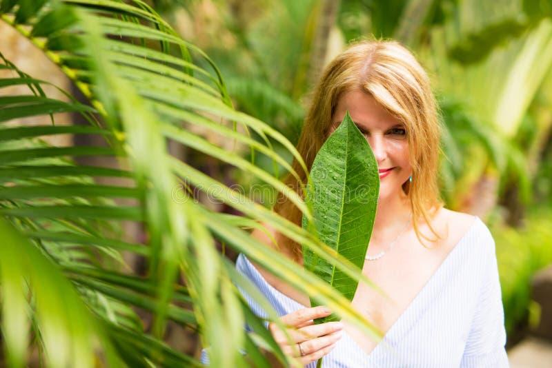 Retrato hermoso de la muchacha de la selva fotos de archivo