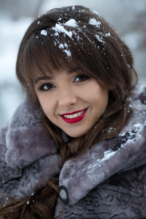 Retrato hermoso de la muchacha sonriente imagenes de archivo