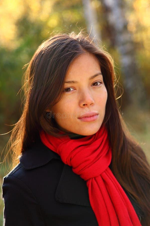 Retrato hermoso de la mujer al aire libre foto de archivo libre de regalías