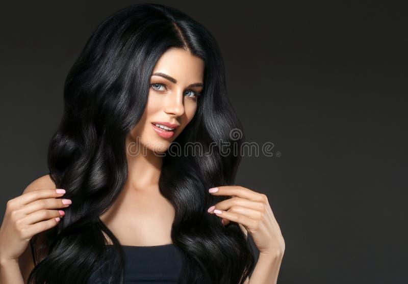 Retrato hermoso de la mujer de la belleza del pelo negro Hai rizado del peinado imágenes de archivo libres de regalías