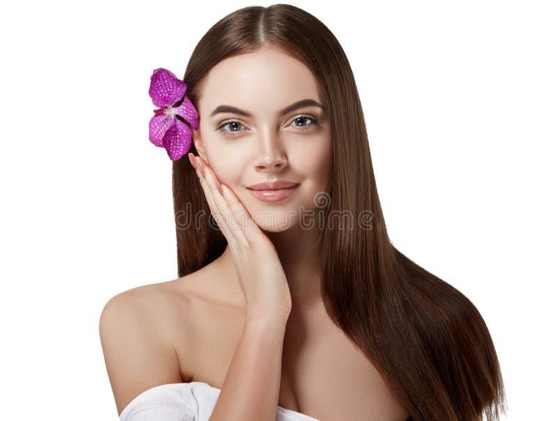 Retrato hermoso de la mujer con la orquídea de la flor en el pelo aislado en blanco fotos de archivo libres de regalías