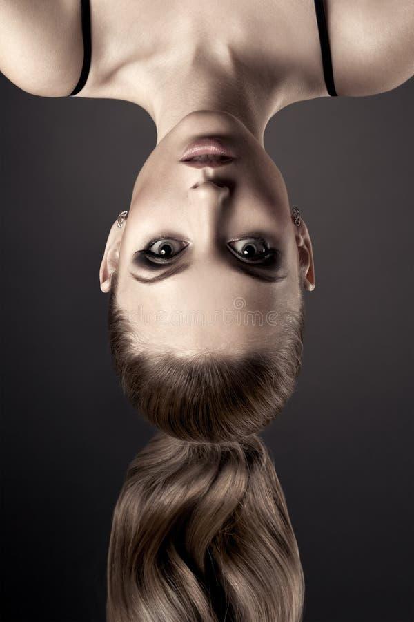 Retrato hermoso de la mujer. De cabeza. imagen de archivo