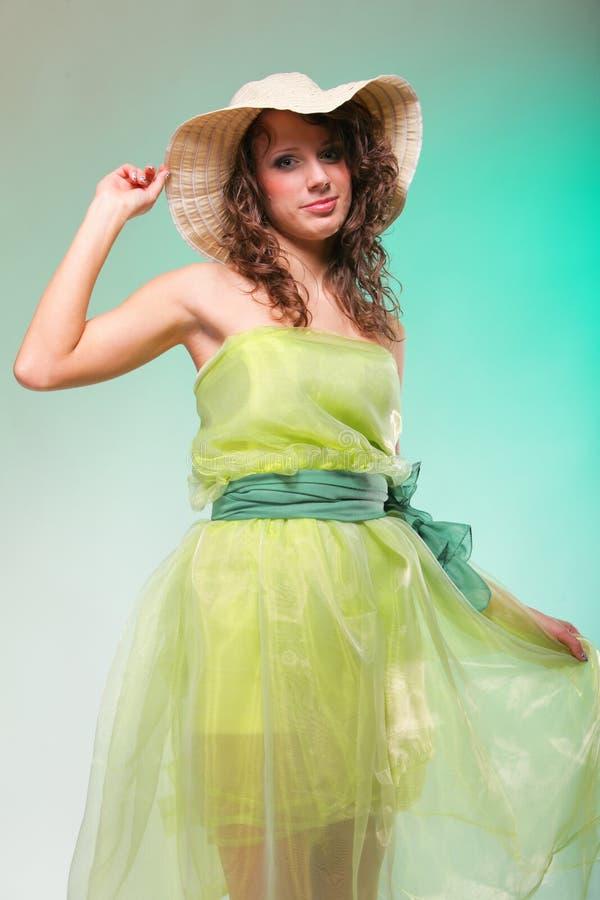 Retrato hermoso de la mujer de la primavera. Concepto verde imagenes de archivo